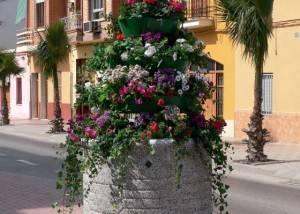Jardinera de piedra con pirámide floral