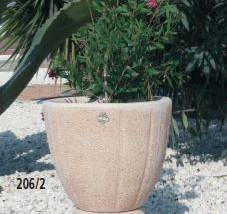Jardinera de piedra con pie